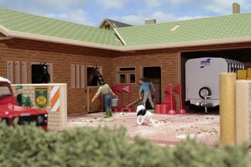 Pferdestall mit Hof und Tor Modell von Brushwood Toys 1:32